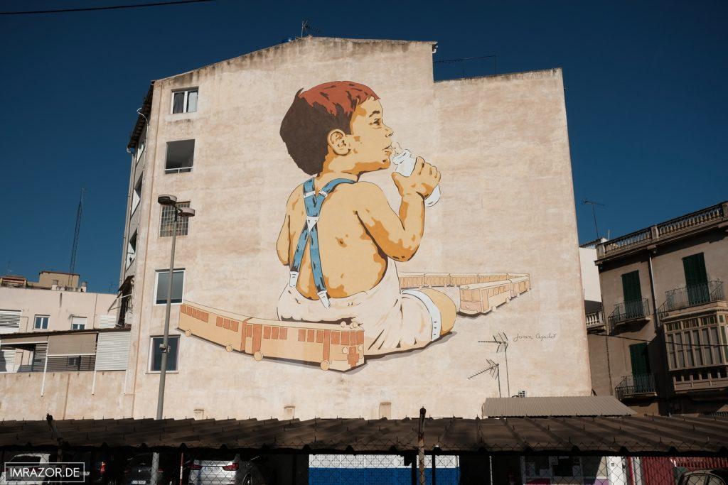 Kunstwerk auf Häuserwand gegenüber des Bahnhofs