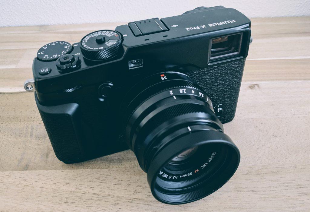 Fujifilm X-Pro2 und XF 35 F2 R WR mit Kunstoff-Blende