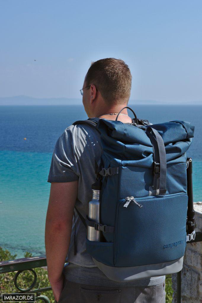 Der Compagnon Explorer+ am Mann, mit Blick auf die Ägäis